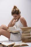 Ein Student schlief ein, als, ein Buch lesend Stockfotografie