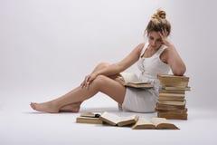 Ein Student und viele Bücher Lizenzfreies Stockbild