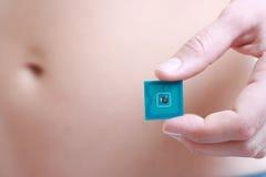 Ein Studio schoss von einer Frau mit RFID Marke in ihrer Hand Lizenzfreies Stockfoto