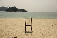 Ein Stuhl, auf dem sandigen Strand Stockbilder