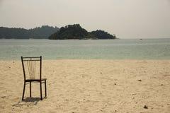Ein Stuhl, auf dem sandigen Strand Stockfotografie