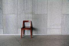 Ein Stuhl an der Wand lizenzfreies stockbild