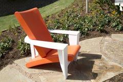 Ein Stuhl des modernen Designs draußen Lizenzfreies Stockbild