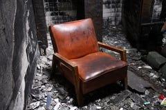 Ein Stuhl in einem gebrannten Haus Stockfoto