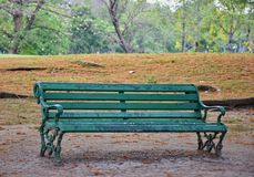Ein Stuhl gesetzt auf den Park Stockfotos