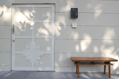 Ein Stuhl und die Tür Stockfotografie