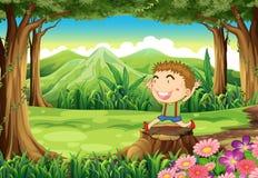 Ein Stumpf am Holz mit einem netten kleinen Jungen Lizenzfreie Stockbilder