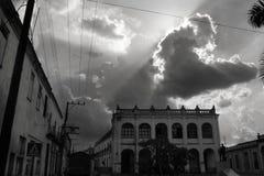 Ein Sturm kommt über das Theater von Camaguey, Kuba auf lizenzfreies stockfoto