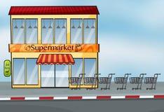 Ein Supermarkt nahe der Straße Lizenzfreie Stockfotografie