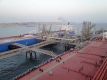 Ein Supertanker VLCC kombinierte, Lasten des Öls in der Offshorebohrinsel lizenzfreie stockfotografie