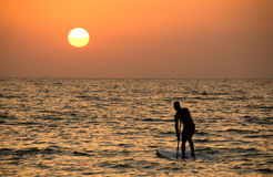 Ein Surfer bei Sonnenuntergang stockfotografie
