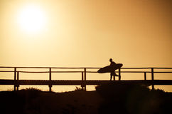 Ein Surfer, der zum Strand läuft Stockfotografie