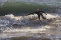 Ein Surfer nimmt eine Welle Stockfotos