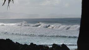 Ein Surfer reitet eine Welle am Wrack stock footage