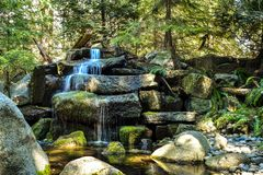 Ein szenischer Gartenwasserfall lizenzfreie stockbilder