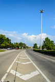Ein Tag an der Landstraßenstraße mit schönem Himmel und Wolken stockfoto