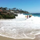 Ein Tag am Strand für Surfer lizenzfreie stockbilder