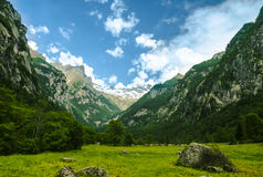 Ein Tal zwischen den Bergen Stockfoto