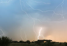 Ein Tanz des Blitz-Bolzen-Streifens über einer Nachbarschaft Stockbilder
