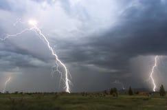 Ein Tanz des Blitzes über einer Nachbarschaft Lizenzfreie Stockfotografie
