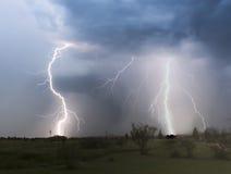 Ein Tanz des Blitzes über einer Nachbarschaft Stockfotografie