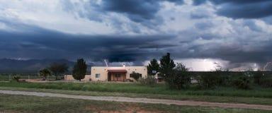 Ein Tanz des Blitzes auf dem Horizont Stockfotos