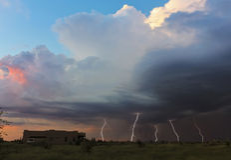Ein Tanz von fünf Blitz-Bolzen bei Sonnenuntergang Lizenzfreie Stockfotos