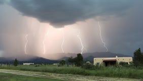 Ein Tanz von fünf Blitz-Bolzen in den Bergen Lizenzfreie Stockfotografie