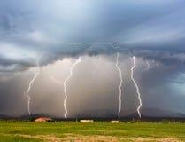 Ein Tanz von vier Blitz-Bolzen in den Bergen Lizenzfreie Stockfotografie