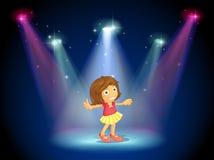 Ein Tanzen des kleinen Mädchens mitten in dem Stadium mit Scheinwerfern Lizenzfreie Stockfotos