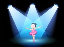 Ein Tanzenballett des kleinen Mädchens mit Scheinwerfern Stockbild