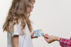 Ein Taschengeld Mutter gibt dem Kind Bargeld stockfoto