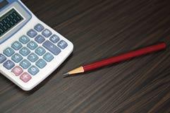 Ein Taschenrechner und ein Bleistift Lizenzfreies Stockfoto