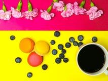 ein Tasse Kaffee auf bunten Makronen lizenzfreie stockfotos