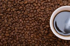 Ein Tasse Kaffee auf einem braunen Hintergrund lizenzfreie stockbilder