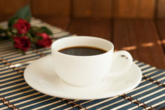 Ein Tasse Kaffee auf einem hölzernen Hintergrund Lizenzfreie Stockfotografie