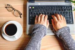 Ein Tasse Kaffee auf einer Frau ` s Arbeit stockfoto