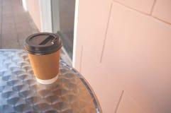 Ein Tasse Kaffee auf einer Tabelle lizenzfreies stockbild