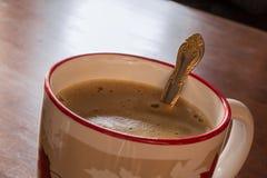 Ein Tasse Kaffee auf einer Tabelle Lizenzfreies Stockfoto