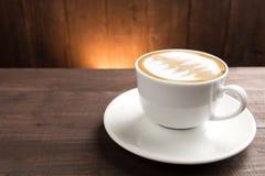Ein Tasse Kaffee auf hölzernem Hintergrund Stockbilder