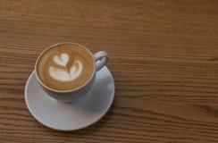 Ein Tasse Kaffee auf Holztisch stockbild