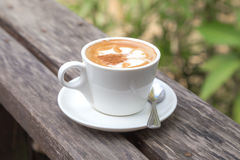 Ein Tasse Kaffee auf Holztisch Lizenzfreies Stockfoto