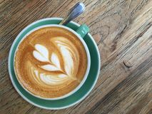 Ein Tasse Kaffee auf Holztisch Stockbilder