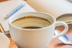 Ein Tasse Kaffee auf Holztisch Stockfotos