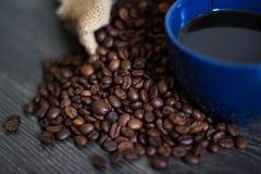 Ein Tasse Kaffee auf Kaffeebohnen Stockfotos