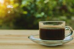 Ein Tasse Kaffee auf unscharfem grünem natürlichem Hintergrund Lizenzfreies Stockfoto