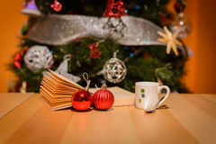 Ein Tasse Kaffee hinter dem Weihnachtsbaum stockfoto