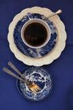 ein Tasse Kaffee im Kobaltporzellan lizenzfreie stockbilder
