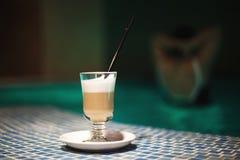 Ein Tasse Kaffee im Pool Lizenzfreie Stockbilder