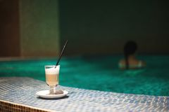 Ein Tasse Kaffee im Pool Lizenzfreies Stockbild